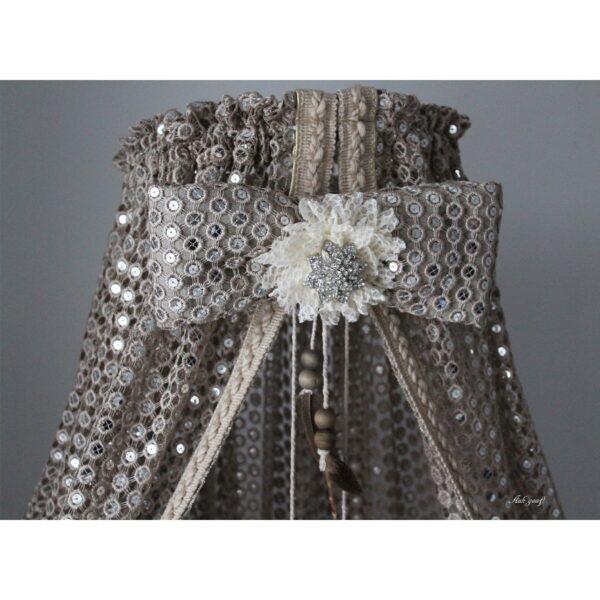 Hemeltje met strik en zilveren broche