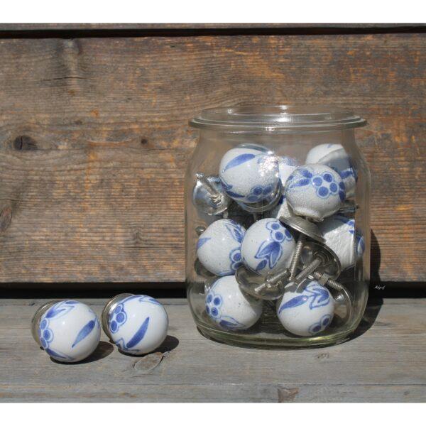 """Knopje wit met blauwe blaadjes """"Aafke"""""""